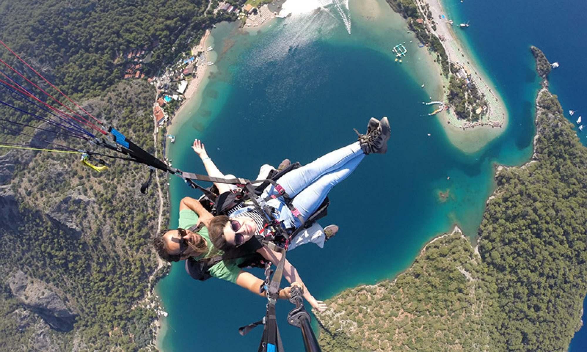 土耳其的滑翔伞Oludeniz费特希耶